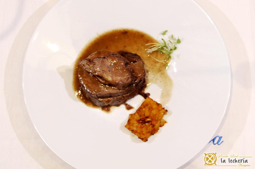 la-lecheria-plato-Carrilleras de ternera del Teleno con salsa de frutos rojos y falso risotto de boletus